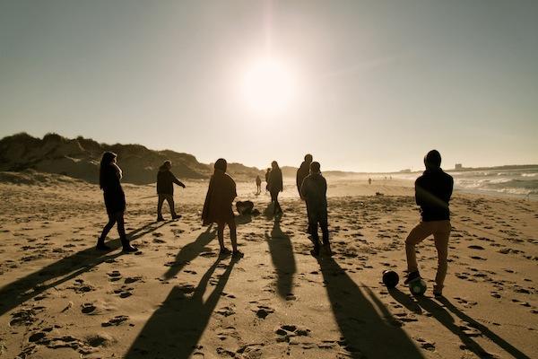 futebol praia em família