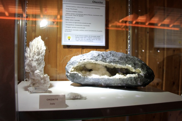 gruta moeda pedras