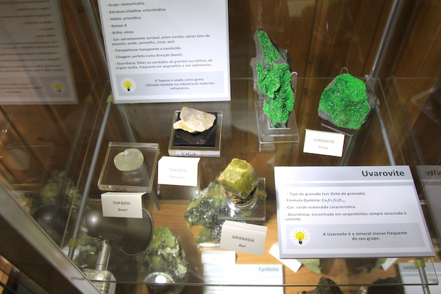 pedras gruta moeda